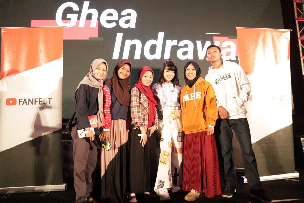 Salah satu foto Meet & Greet bersama Ghea Indrawan di atas panggung